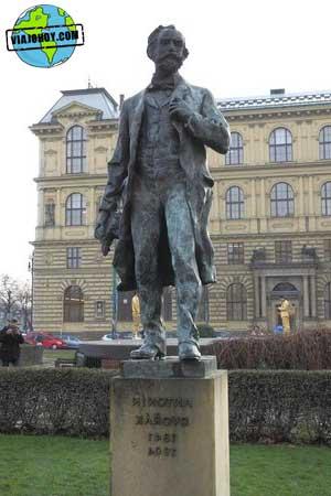 estatua-Rudolfinum-praga-viajohoy