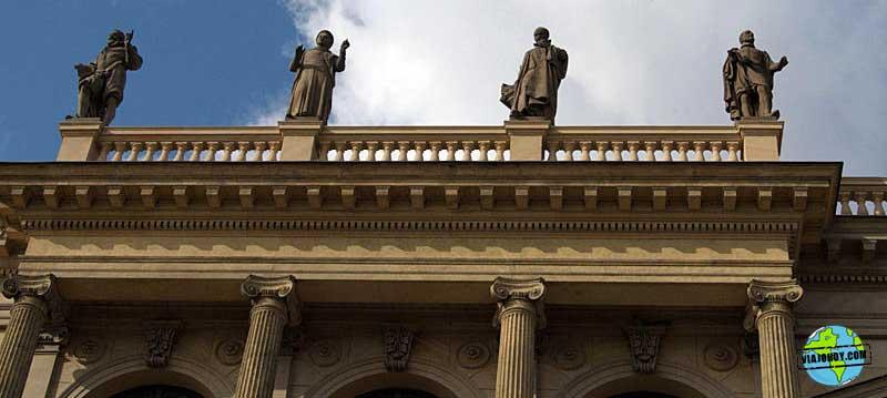 estatuas-Rudolfinum-praga-viajohoy